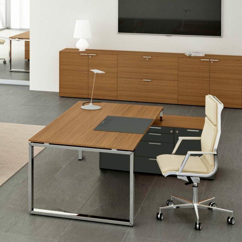 Cheftisch-mit-kleinem-Sideboard