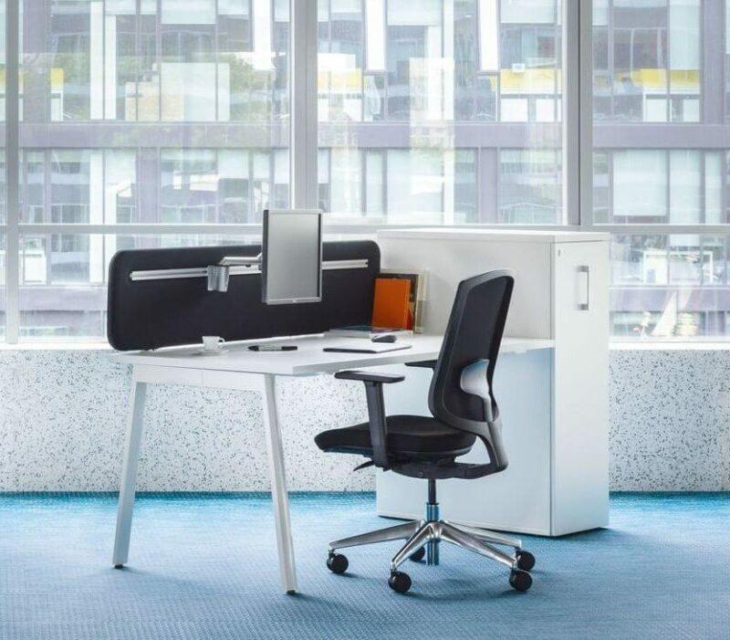 Schreibtisch-mit-Apothekerschrank