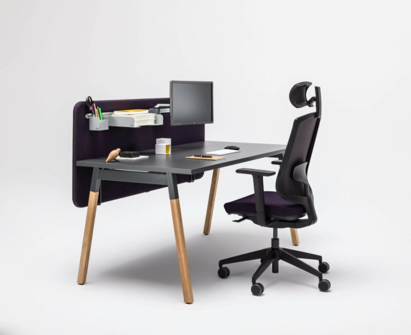 Schreibtisch-OGI_W-mit-Sichtschutzpaneelen
